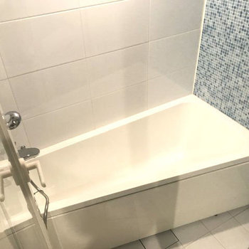 斜めの浴槽がかわいい。※写真は別室です。
