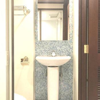洗面もブルータイルでかわいい。※写真は別室です。
