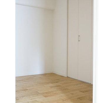 寝室はダブルベッドも置ける広さ ※写真は前回工事の505号室です。