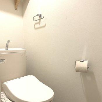 トイレの上部には棚があります