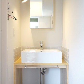 このお部屋に合わせた造作洗面!ミラーの後ろも収納できます◎ ※写真は前回工事の505号室です。