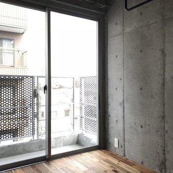 窓の大きさのお陰で明るめですよ ※写真は別部屋です
