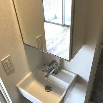 小柄な洗面台 ※写真は別部屋です