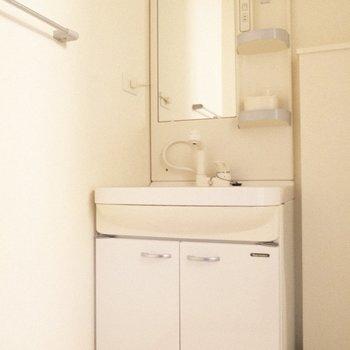 うれしい独立洗面台♪ ※写真は1階の反転間取り別部屋のものです