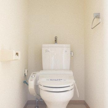 トイレはウォシュレット付き。 ※写真は1階の反転間取り別部屋のものです