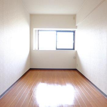 8帖ほどの寝室