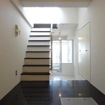 中2階、玄関から。2階からの神々しい光・・・!