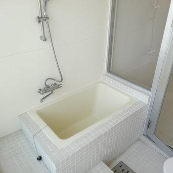 タイル張りのお風呂。窓を開けて露天風呂気分で!