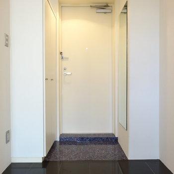 玄関には姿見とシューズボックス。