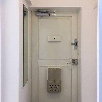 玄関の横にはすでに鏡がついてます。