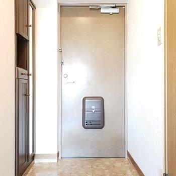 シューズボックスには全身鏡付き。毎日出かける前に身なりチェック!(※写真は6階の同間取り別部屋、モデルルームのものです)