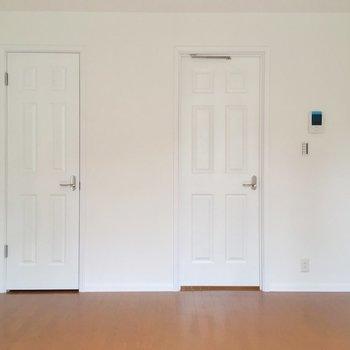 扉が2つ!右はキッチンへ、左の扉は・・・