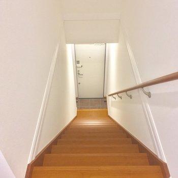 玄関へは、階段を降りて行ってみましょう