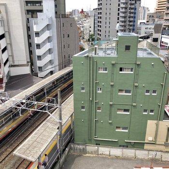 洋室の窓から駅のホームがすぐそこに見える!