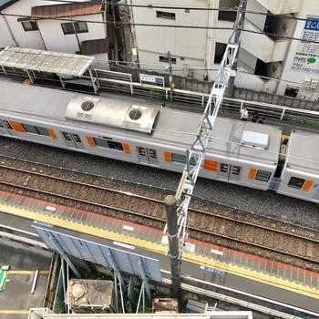 ベランダから下を覗くと電車が見えます!