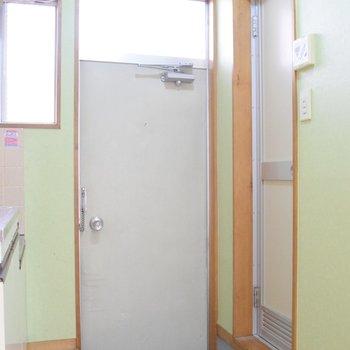 玄関、扉の上にも窓があって明るいですね◎
