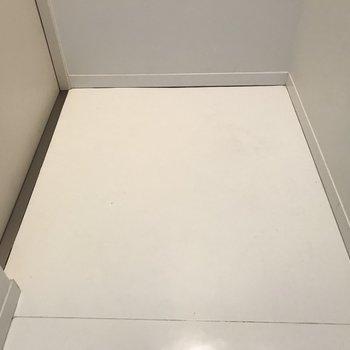 玄関は真っ白※写真は同じ間取りの別のお部屋のものです