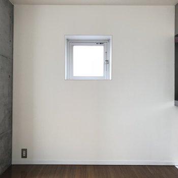 こちら側には小窓が※写真は同じ間取りの別のお部屋のものです