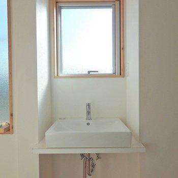 洗面台はすっきり。 ※写真は別部屋