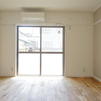 洋室にも大きな窓が!※写真は前回募集時のものです