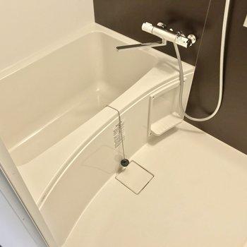 お風呂はサーモ水栓で温度調節簡単です。