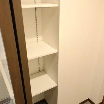 シューズボックスはオープン。可動棚なのでブーツなども収納しやすいです。