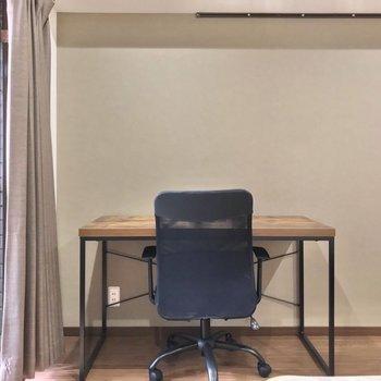 デスクと椅子もクロスの色に似合います。天板はプリントなのでお手入れも簡単。