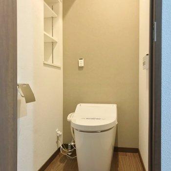 トイレはタンクレス。棚もあって便利です。