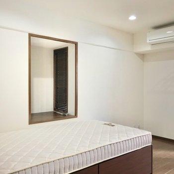ベッド側には出窓も。サイドテーブル代わりにできて便利ですよ。