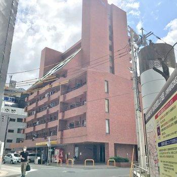 博多駅のすぐ近く。どっしりした建物です。