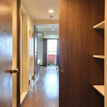 玄関扉を押して、お部屋へ。