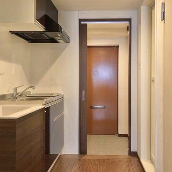 水まわりの設備がぎゅっとまとまっている配置。玄関とは引き戸で仕切れますよ。