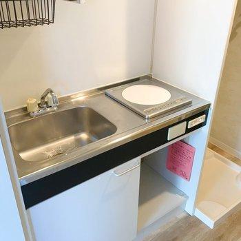 キッチンはコンパクトに。収納スペースもあります。