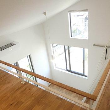 ロフト上から洋室を眺める。屋根の勾配がいいな