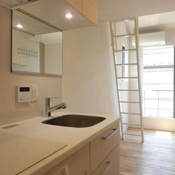 キッチン横から洋室を眺める