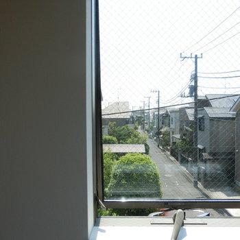 窓から望める道