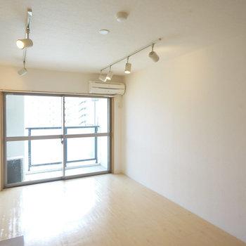 ライティングレールが爽やか◎※写真は5階の同間取り別部屋のものです