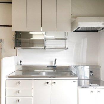 キッチン。棚、収納がたくさん。