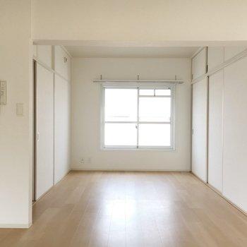 リビング、さらっとした床が広がります。