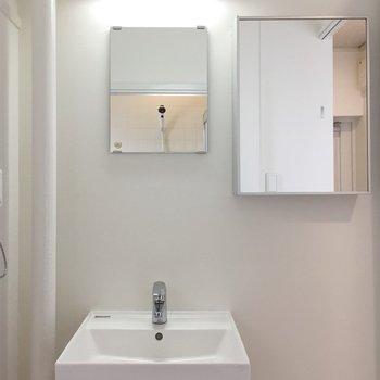 洗面台の横にさらに鏡。