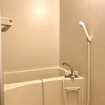 白で清潔感のあるお風呂です