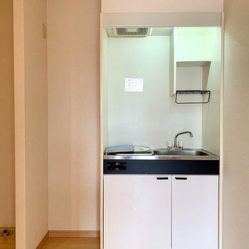 キッチン隣にスリムな冷蔵庫が置けますよ