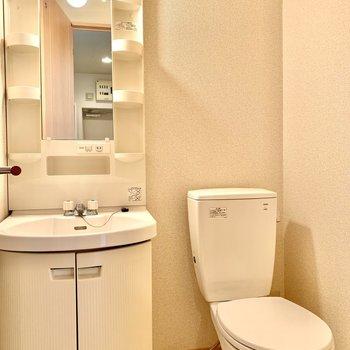 洗面台とトイレはお隣さん