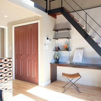 リビングからロフトへの階段いい雰囲気※写真は反転した間取りのお部屋です。