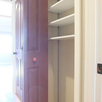 廊下の収納※写真は反転した間取りのお部屋です。