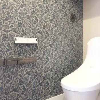トイレもアクセントクロスがすごい※写真は反転した間取りのお部屋です。