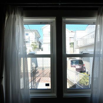 寝室からはエントランスが見えます!※写真は反転した間取りのお部屋です。