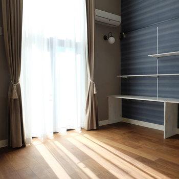 カーテン閉めると高級感※写真は同じ間取りの別部屋です。