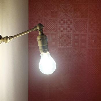 玄関降りる道中もアンティーク風の照明※写真は同じ間取りの別部屋です。