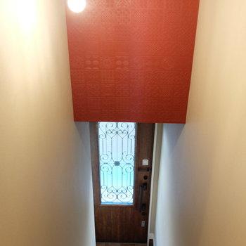 玄関への階段もアクセント!